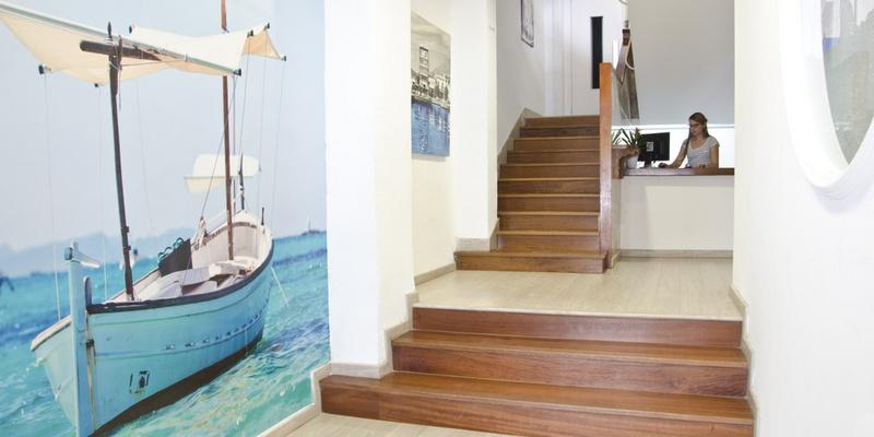RECEPCIÓN 24 HORAS Hotel Capri